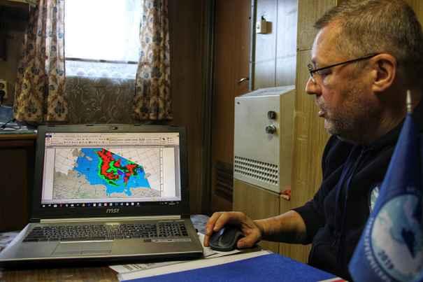 А.М. Орлов демонстрирует данные ледовой обстановки